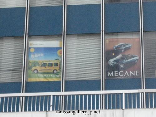 左はカングー、右はメガーヌのポスター。