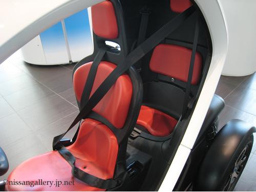 New Mobility CONCEPTのシートは前後に座るタンデムシートになっています