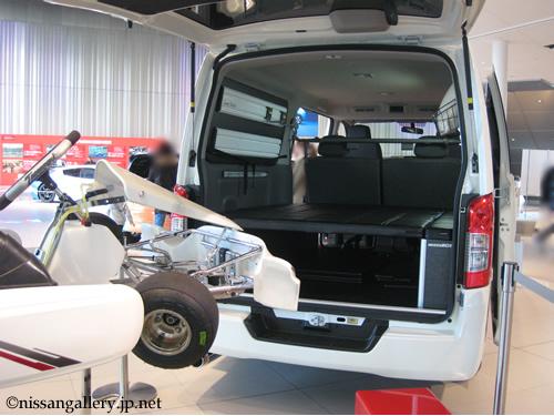 カートレースのトランスポーター NV350キャラバンライダー