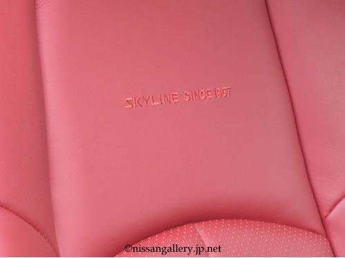 運転席と助手席のシートには「SKYLINE SINCE 1957」の刺しゅうが施されている。