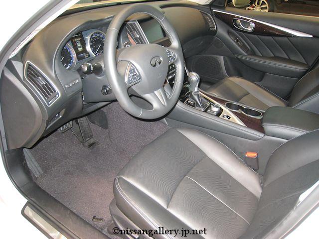 インフィニティQ50の運転席