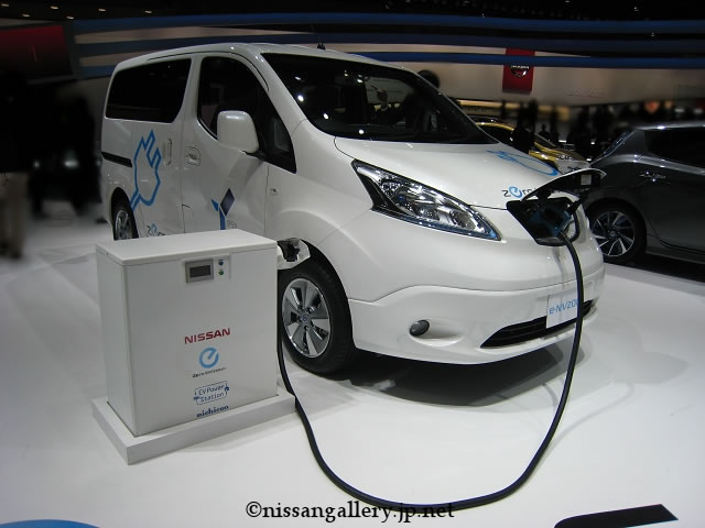 日産、市販予定の電気自動車を展示