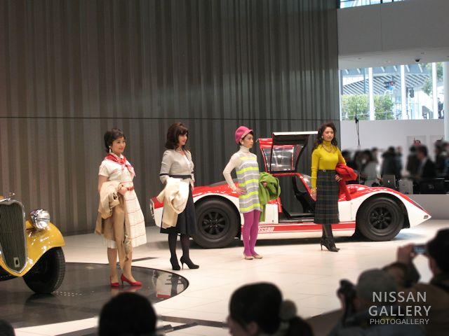 4人のレトロファッションモデル