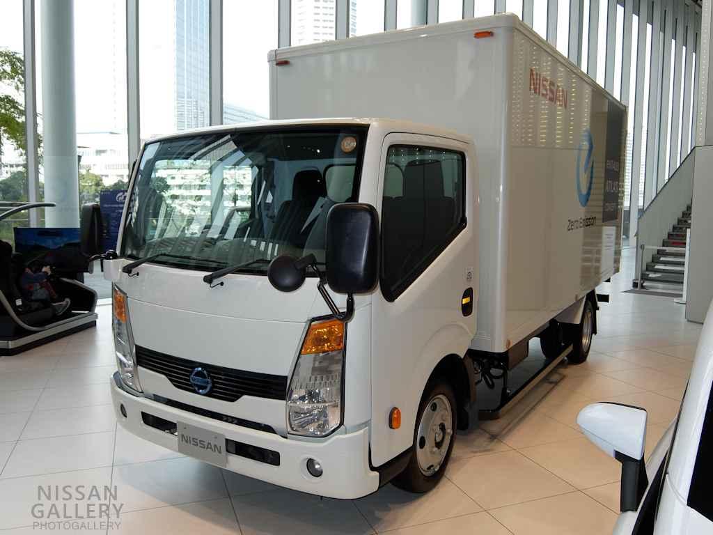 日産 電気自動車のトラックe-NT400を展示