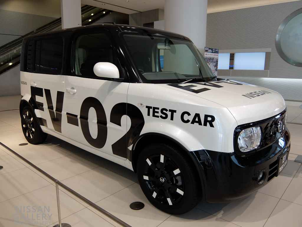 リーフ試作車のキューブ電気自動車を展示