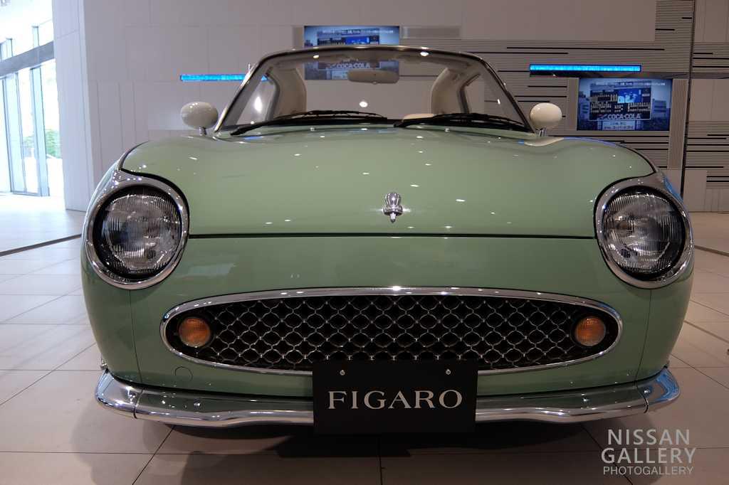 日産 フィガロをオープンカーの展示イベントで展示